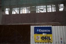 El logo de OHL en una obra en Madrid el 2 de marzo de 2015. El grupo español de infraestructura OHL reportó el miércoles una caída de 18,7 por ciento en su ganancia neta en el primer trimestre, afectado por una contribución menor de su negocio rodoviario en México, donde la firma está investigando acusaciones sobre sobrecargos al Gobierno. REUTERS/Andrea Comas