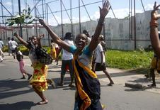 Люди радуются на улице Бужумбуры после объявления о свержении президента. 13 мая 2015 года. Генерал армии Бурунди заявил в среду, что свергнул Пьера Нкурунзизу с поста президента за то, что тот пытался переизбраться на третий срок вопреки конституции африканской страны, и сотрудничает с общественными организациями с целью сформировать переходное правительство. REUTERS/Goran Tomasevic