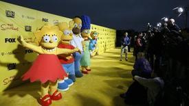 """Los personajes Lisa, Bart, Homero, Marge y Maggie en la conmemoración de los 20 años de la serie """"Los Simpsons"""" en Santa Mónica, 18 de octubre de 2009. Springfield se hizo realidad el miércoles, tras la apertura de una réplica de la ciudad de la exitosa serie de dibujos animados """"Los Simpsons"""" en Estados Unidos. REUTERS/Mario Anzuoni"""