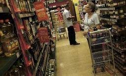 Un consumidor mira los precios en un supermercado en Sao Paulo. Imagen de archivo, 10 enero, 2014. Los volúmenes de ventas minoristas en Brasil bajaron un 0,9 por ciento en marzo respecto a febrero, dijo el jueves el estatal Instituto Brasileño de Geografía y Estadística (IBGE). REUTERS/Nacho Doce