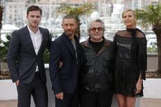 Diretor George Miller com atores Hoult, Hardy e Theron, no Festival de Cannes. 14/05/2015  REUTERS/Benoit Tessier
