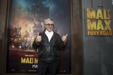 """El director de la saga posa en la 'premiere' de Mad Max: Furia en la carretera"""" en Hollywood, el 7 de mayo de 2015. El director de """"Mad Max"""", George Miller, casi confirmó que habrían más películas de la franquicia, asegurando que en su cabeza siguen dando vueltas varios argumentos adicionales tras completar """"Mad Max: Fury Road"""". REUTERS/Mario Anzuoni"""