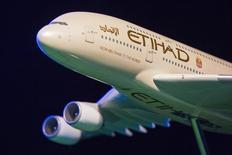 Etihad Airways a répliqué jeudi aux allégations des compagnies aériennes américaines selon lesquelles elle reçoit des subventions, accusant ces dernières d'avoir reçu pour leur part plus de 70 milliards de dollars (62 milliards d'euros) d'aides publiques depuis 2000, dans le cadre surtout de procédures de protection contre les faillites et de garantie des retraites. /Photo prise le 13 novembre 2014/REUTERS/Lucas Jackson