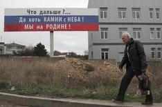 Мужчина идет по улице Севастополя. Фотография сделана 29 ноября 2014 года. REUTERS/Pavel Rebrov