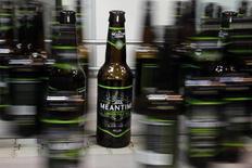 SABMiller rachète l'un des pionniers de la bière artisanale en Grande-Bretagne, Meantime Brewing Company, mettant un pied dans un marché en pleine croissance. Les ventes des bières de Meantime, dont la London Pale Ale et la London Lager, ont grimpé de 58% en volume en 2014, alors que le marché britannique de la bière ne croissait que de 1%. /Photo d'archives/REUTERS/Stefan Wermuth