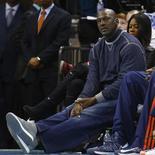 Michael Jordan assiste a jogo do time de Charlotte, do qual é proprietário, na NBA. 22/02.2013 REUTERS/Chris Keane