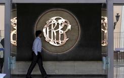 Un hombre camina junto al logo del Banco Central de Reserva del Perú, dentro de un edificio en el centro de Lima, 7 de abril de 2015. El Banco Central de Perú mantuvo el jueves su tasa de interés clave en un 3,25 por ciento, debido a que las expectativas de inflación se mantienen ancladas y a la alta volatilidad de los mercados financieros y cambiarios, en momentos en que la economía sigue creciendo por debajo de su nivel potencial. REUTERS/Mariana Bazo