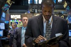 Operadores trabajando en la Bolsa de Nueva York, 14 de mayo de 2015. Las acciones operaban estables el viernes en la bolsa de Nueva York tras conocerse un dato que mostró que la producción industrial estadounidense cayó por quinto mes consecutivo en abril, lo que apunta a una falta de dinamismo en la mayor economía del mundo. REUTERS/Brendan McDermid