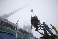 Строители на 95-м этаже строящейся Башни Федерация в Москве. 9 декабря 2014 года. Российская экономика сократилась в первом квартале 2015 года на 1,9 процента по сравнению с аналогичным периодом прошлого года, сообщил Росстат в пятницу первую оценку. REUTERS/Maxim Zmeyev