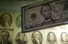 Un billete gigante de cinco dólares en exhibición en la Casa de la Moneda en Washington, mar 26 2015. El índice dólar caía el viernes y se dirigía a su quinta semana a la baja, la mayor serie de declives en cuatro años, en medio de decepcionantes datos sobre la actividad fabril y la confianza del consumidor en Estados Unidos que generaron dudas sobre el crecimiento económico del país.  REUTERS/Gary Cameron