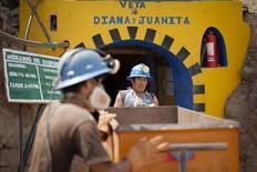 Mineros de la firma Aurelsa ingresan a un túnel cerca de Relave, Perú, feb 20 2014. La actividad económica de Perú creció un 2,68 por ciento interanual en marzo, la tasa más alta de los últimos 11 meses y mayor a lo esperado por analistas, debido a una recuperación del vital sector minero, dijo el viernes el Gobierno. REUTERS/ Enrique Castro-Mendivil