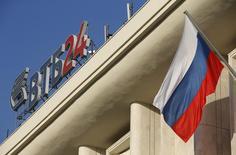 Логотип ВТБ на крыше здания в Москве. 20 ноября 2014 года. Второй по величине госбанк РФ ВТБ, завершивший 2014 год почти без прибыли и ждущий от государства помощи с капиталом, выплатит по итогам прошлого года дивиденды в размере 0,117 копеек на обыкновенную акцию и 0,013249 копеек на одну привилегированную акцию, говорится в сообщении банка. REUTERS/Maxim Zmeyev
