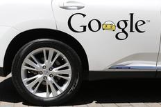 Google va commencer à tester sa propre voiture autonome sur la voie publique à partir de cet été et les prototypes seront équipés d'un volant et de pédales de frein et d'accélérateur, contrairement aux projets initiaux du groupe de Mountain View. /Photo d'archives/REUTERS/Stephen Lam