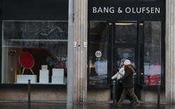People stroll past a Bang & Olufsen shop in centre of Budapest, January 9, 2013.   REUTERS/Laszlo Balogh