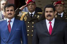 El presidente de Venezuela, Nicolás Maduro, parado al lado del Emir de Qatar, el jeque Tameem bin Hamad Al Thani, durante la ceremonia de bienvenida en el Palacio de Miraflores en Caracas, 15 de mayo de 2015. Maduro dijo el viernes que los países productores de petróleo de la OPEP y fuera del cartel negocian un acuerdo que consiga estabilizar el precio del crudo hacia el segundo semestre del año. REUTERS/Marco Bello