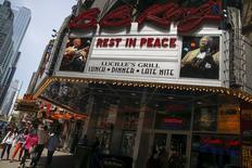 """El guitarrista Eric Clapton recordó el álbum de B.B. King que le inspiró cuando era un músico joven y los presidentes Barack Obama y Bill Clinton se refirieron a la emoción de actuar junto al """"rey del blues"""". En la imagen, un restaurante en Nueva York rinde homenaje a BB King en una fotografía tomada en la ciudad estadounidense el 15 de mayo de 2015.  REUTERS/Shannon Stapleton"""