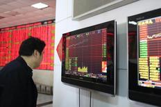 Investidor observa telas de computadores com informações em corretora de valores de Xangai. 17/03/2015  REUTERS/Aly Song