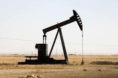 Una unidad de bombeo de crudo operando en Raqqa, Siria, sep 12 2013. Es poco probable que la Organización de Países Exportadores de Petróleo (OPEP) implemente un recorte de la producción en su próxima reunión de junio, dijo el lunes un funcionario iraní de alto rango. REUTERS/Molhem Barakat