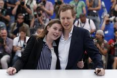 """La guionista Clara Royer junto al director del filme, Laszlo Nemes, a su llegada al festival de Cannes, el 15 de mayo de 2015, en Cannes. El director húngaro Laszlo Nemes agitó el festival de cine de Cannes con su desgarradora película """"Son of Saul"""", en la que muestra el trabajo de los """"sonderkommando"""" judíos que eran obligados a hacer el trabajo sucio de los nazis en los campos de concentración. REUTERS/Benoit Tessier"""