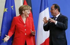 El presidente francés, Francois Hollande, y la canciller alemana, Angela Merkel, en una conferencia de prensa en Berlín, 19 de mayo de 2015. Los líderes de Alemania y Francia dijeron el martes que las conversaciones entre Grecia y sus acreedores internacionales deben acelerarse para liberar préstamos adicionales a Atenas, y que se reunirían con el primer ministro griego en una cumbre de la UE en Riga esta semana. REUTERS/Fabrizio Bensch