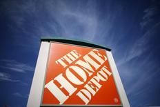 Home Depot, première chaîne de bricolage au monde, est l'une des valeurs à suivre à Wall Street après avoir fait état de résultats trimestriels supérieurs aux attentes, la rigueur de l'hiver en Amérique du Nord ayant entraîné une augmentation des dépenses consacrées à la réparation et à l'entretien des maisons. /Photo prise le 17 mars 2015/REUTERS/Lucy Nicholson
