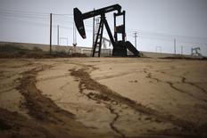 Станок-качалка на нефтяном месторождении в США. 17 января 2015 года. Цены на нефть снижаются за счет укрепления доллара и слабых экономических показателей Китая - одного из крупнейших в мире потребителей нефти. REUTERS/Lucy Nicholson