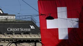 Флаг Швейцарии у штаб-квартиры Credit Suisse в Цюрихе. 21 апреля 2015 года. Ресторанный холдинг Росинтер сообщил, что Credit Suisse уменьшил свою долю в компании до 0,004 процента с 11,3 процента, говорится в сообщении Росинтера во вторник. REUTERS/Arnd Wiegmann