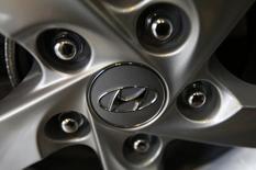 El logo de Hyundai en la rueda de un vehículo en una concesionaria de la firma en Seúl, ene 22 2015. El fabricante coreano de autos Hyundai Motor Co. estima vender este año en México casi el doble de los vehículos que colocó en el 2014, cuando entró al mercado local, dijo el martes su director general en el país latinoamericano.   REUTERS/Kim Hong-Ji