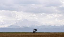 Нефтяной станок-качалка близ Денвера, штат Колорадо, 16 мая 2008 года. Цены на нефть, значительно упавшие во вторник, растут благодаря неожиданно быстрому экономическому росту Японии. REUTERS/Lucas Jackson