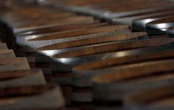 """Martell, la plus ancienne des grandes marques de cognac qui fête ses 300 ans cette année, ambitionne de doubler ses ventes dans les dix prochaines années grâce au potentiel chinois, au """"travel retail"""" et à la conquête du marché américain. La marque, propriété de Pernod Ricard, est le premier contributeur au chiffre d'affaires et au résultat du groupe de vins et spiritueux français qui détient également la vodka Absolut ou le whisky Chivas Regal. /Photo d'archives/REUTERS/Régis Duvignau"""