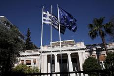 Флаги Греции и ЕС у резиденции греческого премьер-министра в Афинах. 13 мая 2015 года. Греция не сможет осуществить грядущий платеж Международному валютному фонду 5 июня, если зарубежные кредиторы не предоставят ей финансовую помощь, заявил в среду представитель правящей партии. REUTERS/Alkis Konstantinidis
