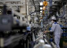 """Le secteur manufacturier japonais a renoué avec la croissance en mai, à la faveur d'une hausse de la production et des nouvelles commandes. L'indice PMI Markit/JMMA est ressorti à 50,9 dans sa version """"flash"""", contre 49,9 en avril. /Photo prise le 20 avril 2015/ REUTERS/Yuya Shino"""