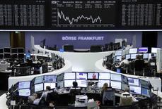 La Bolsa de Fráncfort durante una sesión, foto de archivo. Las bolsas europeas caían ligeramente en las primeras operaciones del jueves, en línea con los mercados estadounidenses y asiáticos, después de que las minutas de la reunión de abril de la Reserva Federal estadounidense no cambiaron las expectativas del mercado del momento en que podría darse un alza de las tasas de interés. REUTERS/Remote/Staff