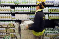 Funcionária organiza caixas de leite na seção de laticínios numa loja do Carrefour. 04/09/2014 REUTERS/Eric Vidal
