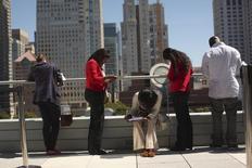 Personas solicitando empleo para los 300 puestos disponibles en la nueva tienda Target, en San Francisco, California, 9 de agosto de 2012. El número de estadounidenses que presentaron nuevas solicitudes de subsidios por desempleo subió levemente más a lo previsto la semana pasada, pero la tendencia subyacente siguió apuntando a un mercado laboral que se fortalece rápidamente. REUTERS/Robert Galbraith