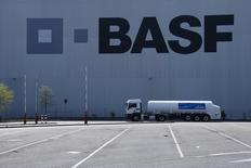 Le groupe chimique allemand BASF a déclaré un cas de force majeure sur une gamme de produits à base d'oxyde d'éthylène en raison de problèmes techniques, dont il n'a pas précisé la nature, survenus sur certains sites de production en Europe. /Photo prise le 23 avril 2015/REUTERS/Ralph Orlowski