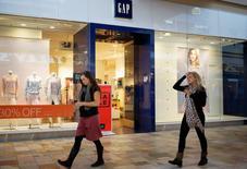 Le groupe américain de prêt-à-porter Gap a annoncé jeudi une contraction de 8% de son bénéfice trimestriel, pénalisé par la vigueur du dollar, des retards de livraison aux Etats-Unis et une demande en recul pour sa marque éponyme. /Photo d'archives/REUTERS/Rick Wilking