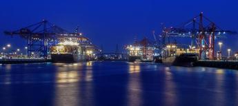 Контейнерный терминал в порту Гамбурга. 18 сентября 2014 года. Деловой климат в Германии ухудшился в мае впервые за семь месяцев, однако остался на высоком уровне, став еще одним признаком замедления крупнейшей экономики Европы. REUTERS/Fabian Bimmer/Files