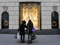 Compradores miran las ventanas de la tienda Henri Bendel, en la Quinta Avenida, en Nueva York, 23 de noviembre de 2012. Los precios al consumidor de Estados Unidos se moderaron en abril por un menor ritmo de los valores de la gasolina, pero el aumento de los costos de vivienda y medicina impulsó las presiones inflacionarias subyacentes. REUTERS/Brendan McDermid