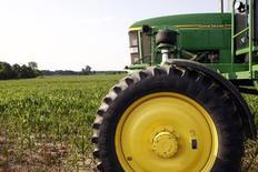 Сельскохозяйственный опрыскиватель в кукурузном поле в США. 28 июня 2012 года. Слабый спрос в агросекторе значительно ухудшил квартальные показатели отчитавшейся в пятницу Deere & Co, однако они превысили прогнозы, а производитель сельскохозяйственной техники повысил прогноз годовой прибыли и понизил прогноз продаж. REUTERS/Brent Smith