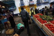 Vendedores y clientes caminan en un mercado en San Cristobal de las Casas, México, 31 de diciembre de 2013. La inflación interanual de México se moderó a un 2.93 por ciento en la primera mitad de mayo, la tasa más baja para una quincena en casi 10 años, apoyada en un descenso de tarifas eléctricas y en los precios de algunos productos agropecuarios, que compensó un leve aumento en mercancías y servicios. REUTERS/Claudia Daut