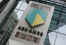 La banque néerlandaise ABN Amro, nationalisée après la crise financière pour lui éviter la faillite, devrait entamer d'ici la fin de l'année son retour en Bourse sur la base d'une valorisation de 15 milliards d'euros.  /Photo d'archives/REUTERS/Stephen Hird