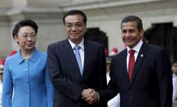 El primer ministro chino, Li Keqiang, estrecha la mano del presidente de Perú, Ollanta Humala, tras arribar junto a su esposa Cheng Hong al Palacio de Gobierno en Lima, Perú, el 22 de mayo de 2015. China y Perú firmaron el viernes varios acuerdos y destacaron el compromiso de iniciar los estudios básicos para la construcción de una vía férrea que unirá el Pacífico con el Atlántico en Brasil, en busca de un mayor comercio entre Sudamérica y Asia. REUTERS/Mariana Bazo - RTX1E6OB