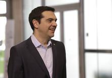 El primer ministro griego, Alexis Tsipras, llega a Riga, Letonia, el 22 de mayo, 2015. Tsipras dijo el sábado que su gobierno está en la recta final de las negociaciones con sus prestamistas internacionales sobre el acuerdo que les permitirá recibir fondos a cambio de reformas y que no implicaría más recortes de pensiones ni una austeridad más severa. REUTERS/Ints Kalnins