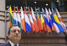 En la imagen de archivo, el presidente del Banco Central Europeo, Mario Draghi, llega a una reunión del comité de asuntos económicos y monetarios del Parlamento Europeo en Bruselas, el 23 de marzo de 2015. Draghi advirtió el sábado que las marcadas diferencias estructurales entre países de la zona euro podrían deshacer a la unión monetaria. REUTERS/Yves Herman  - RTR4UJ5A