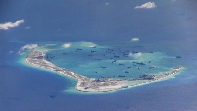 5月25日、中国共産党系メディアは、同国と周辺国が領有権で対立している南シナ海問題に関し、米国が中国に人工島建設の停止を要求することをやめなければ、米国との「戦争は避けられない」とする論説を掲載した。写真は中国が人工島の建設を進める南沙諸島の美済礁。米海軍提供(2015年 ロイター)