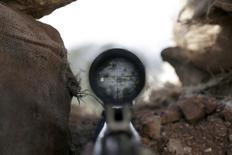 """Вид через прицел оружия бойца исламского движения """"Ахрар аш-Шам"""" в Идлибе 26 марта 2015 года. Большинство французов поддержали бы военное вторжение Франции в Сирию, указал опрос на резкий поворот в общественном мнении по сравнению с аналогичным исследованием 2013 года, когда большинство было против правительственных планов авиаудара по укреплениям президента Башара Асада. REUTERS/Khalil Ashawi"""