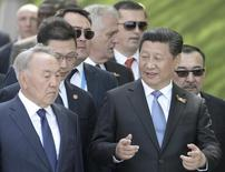 Президент Казахстана Нурсултан Назарбаев (слева) и президент Китая Си Цзиньпин на праздновании Дня победы в Москве 9 мая 2015 года. Казахстан рассчитывает на кредиты Китая в размере около $3 миллиардов на строительство двух новых заводов, запуск которых позволил бы увеличить производство меди и алюминия, сообщил Рейтер замминистра по инвестициям и развитию Альберт Рау. RIA NOVOSTI