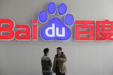 Daimler va intégrer des logiciels de Baidu dans ses voitures de la marque Mercedes-Benz en Chine afin d'y proposer un accès à internet. Les deux groupes n'ont pas précisé quand les premières Mercedes équipées de l'application Baidu seraient proposées à la vente. /Photo d'archives/REUTERS/Jason Lee