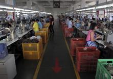Funcionários trabalham em uma fábrica da Shuangwei, em Putian, China. 14/05/2015 REUTERS/John Ruwitch